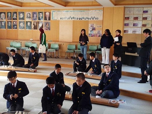 音楽で琴の授業を見学